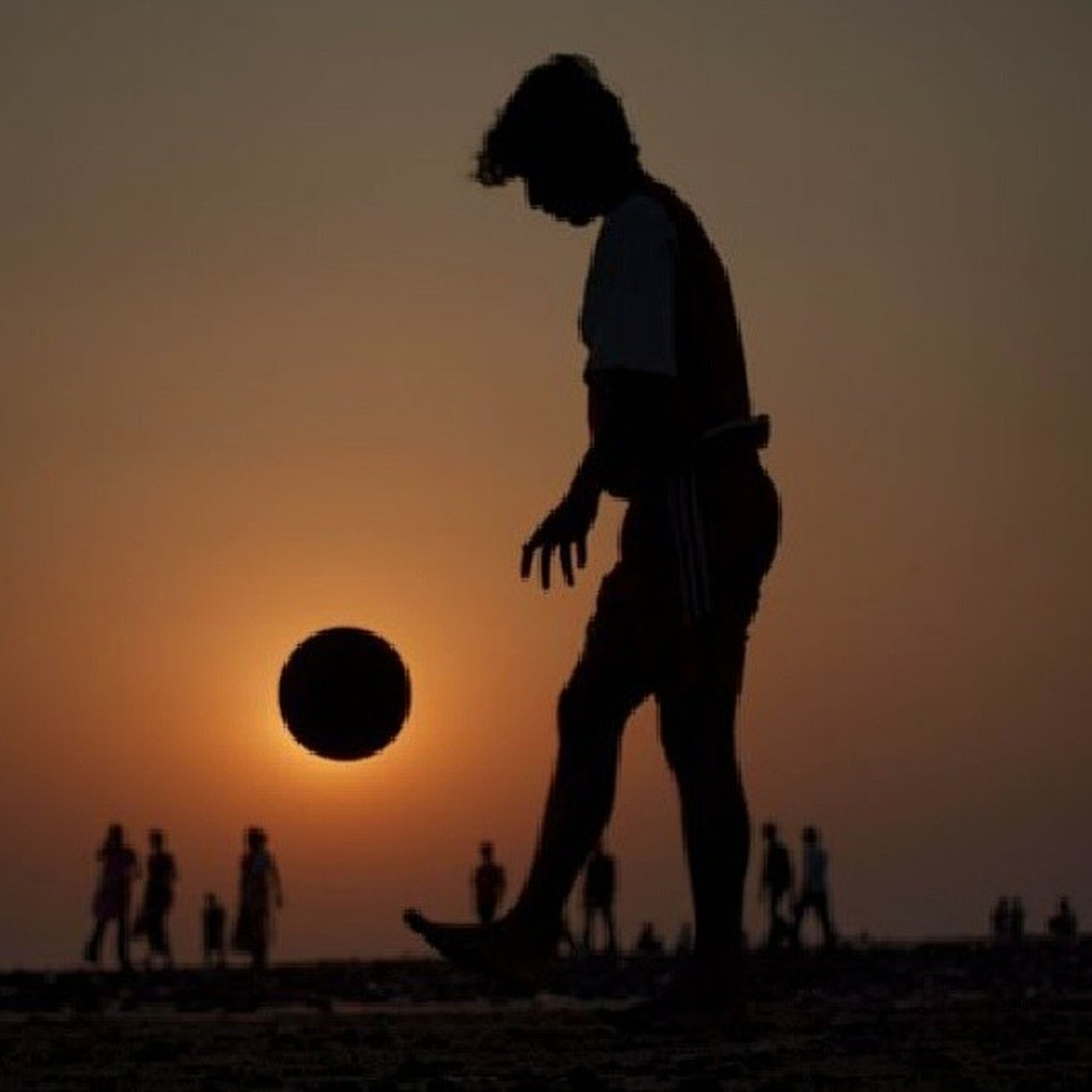 sunset, leisure activity, lifestyles, silhouette, beach, men, orange color, standing, sky, person, clear sky, full length, sun, copy space, childhood, sea, nature