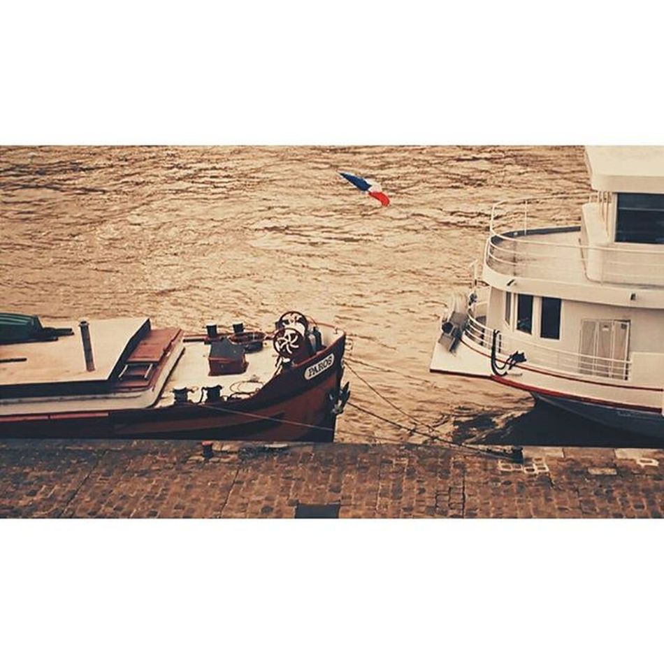 F a i l l e. Vscocam VSCO Boats Paris Seine River Afternoon Streetphotography Frenchflag