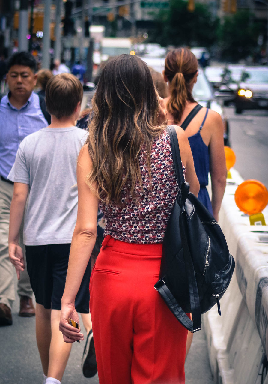 rear view, incidental people, walking, real people, leisure activity, women, day, lifestyles, young women, young adult, outdoors, togetherness, standing, men, friendship, city, adult, people