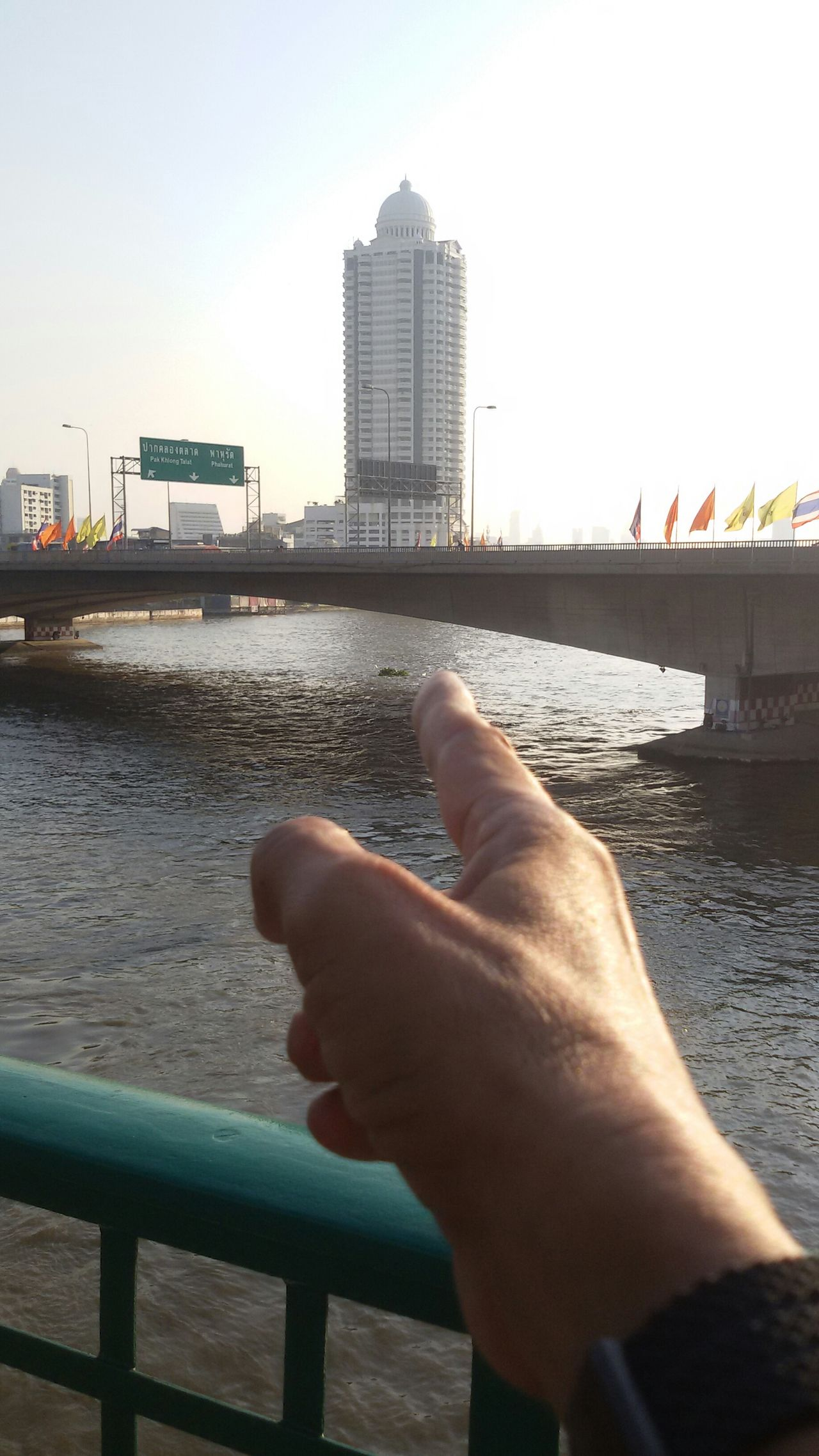 That's great Condominium, Riverside Chao Phraya river, The Memorial Bridge, architecture, Lanscape, perspectives, Getting In Spired. Taking Photos .
