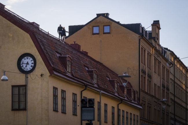 Rooftop walkers Alternative Fitness Building Dangerous High Life Lifestyle Living Dangerously Low Angle View Outdoors Rooftop Sky Södermalm Looking Up