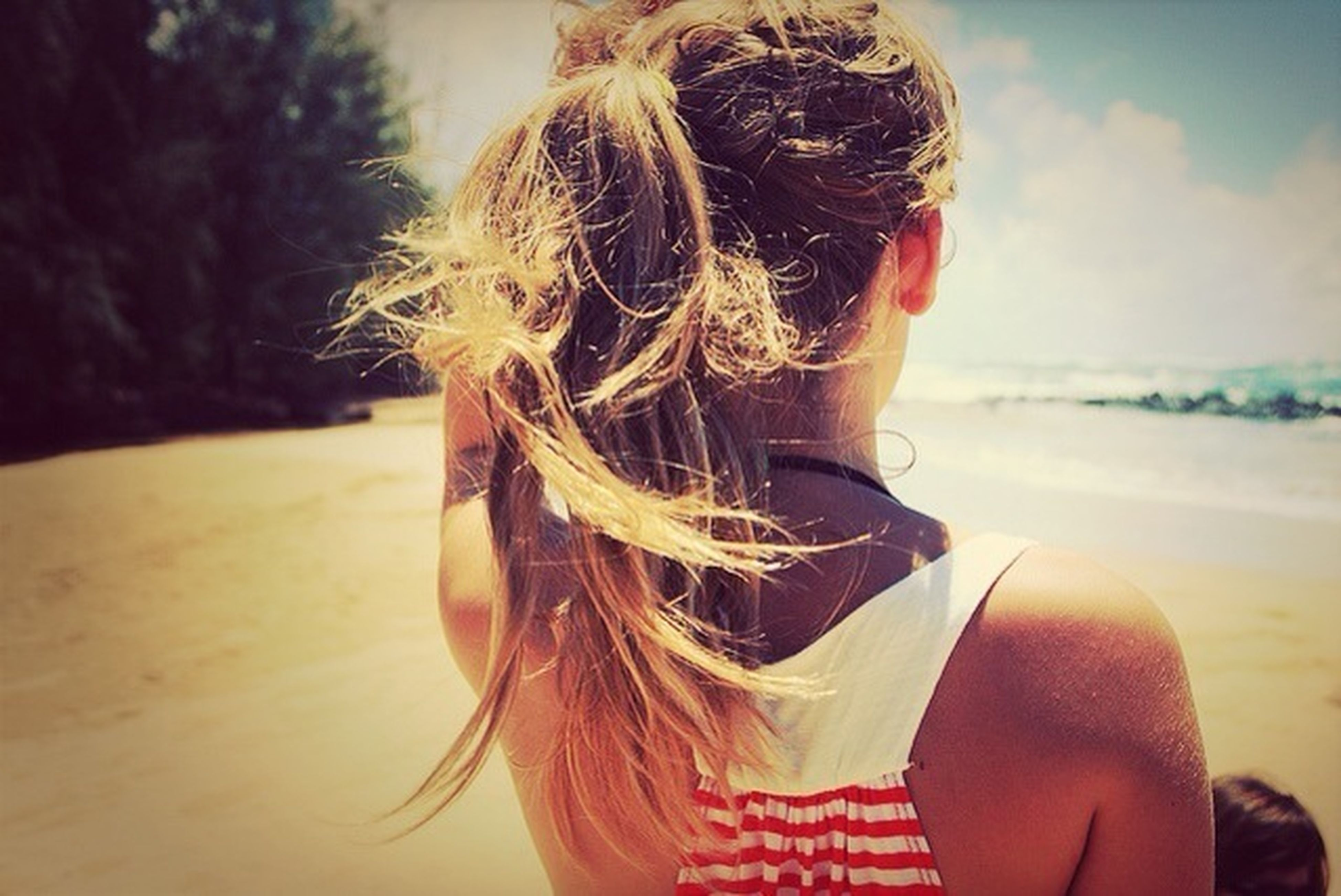 lifestyles, leisure activity, beach, long hair, focus on foreground, young women, headshot, sand, person, blond hair, young adult, close-up, sky, sunglasses, brown hair, vacations, outdoors