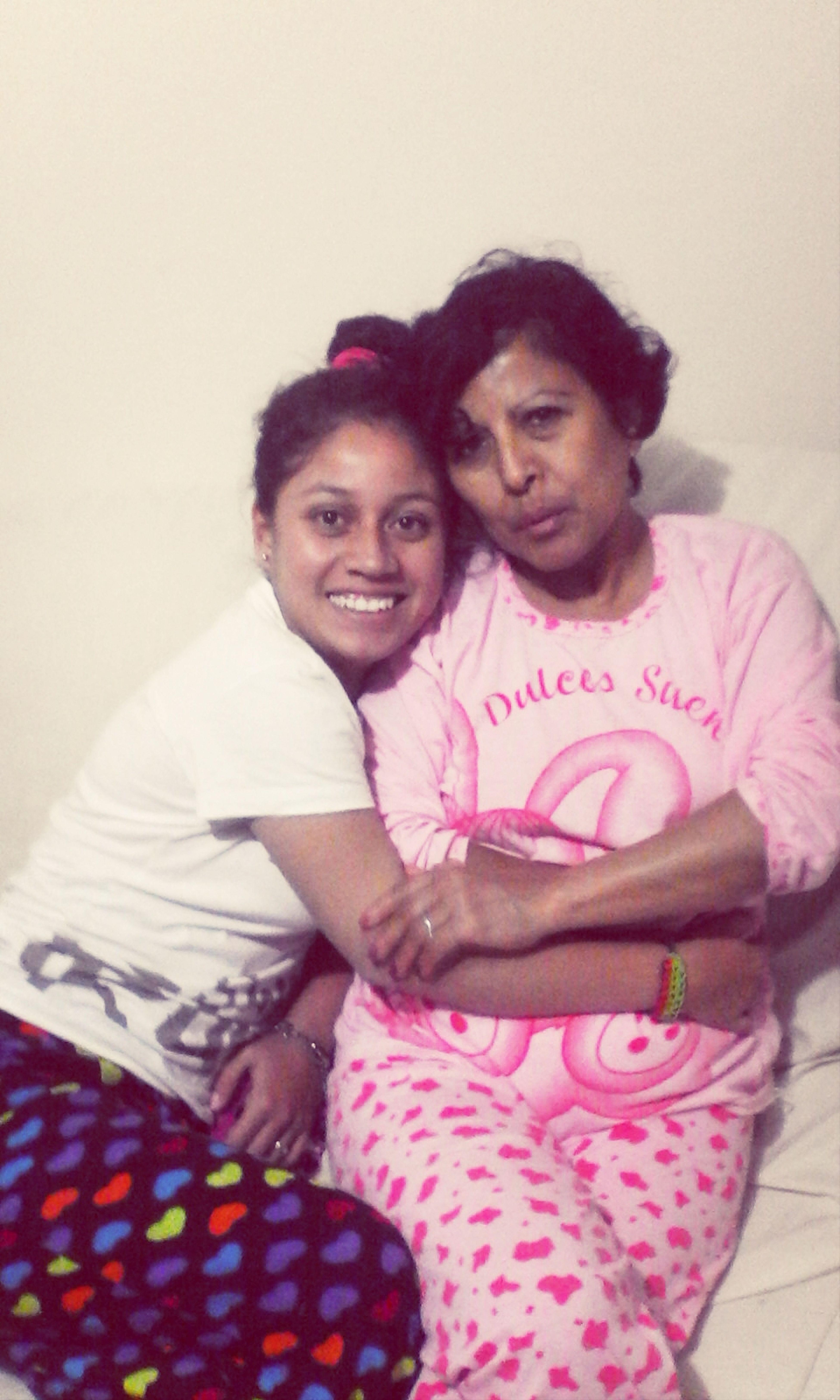 Tia y sobrina con Selfie En Pijama