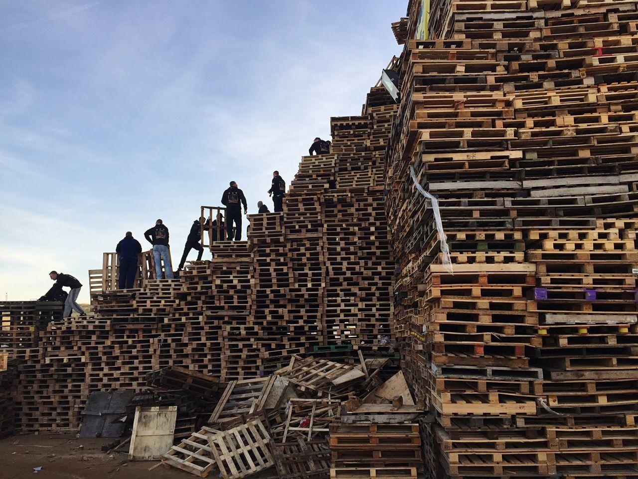 Vreugdevuur Duindorp Palettes Nye 2015 Pile Built Structure Builders Getting A Tan