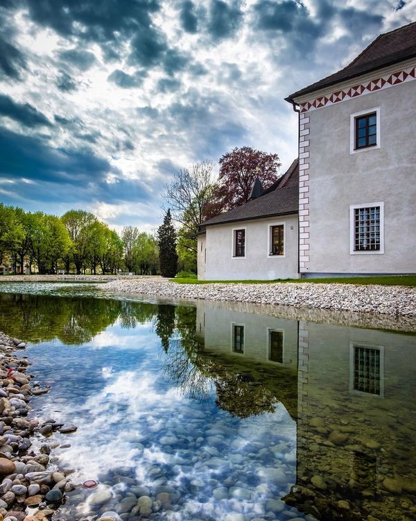 Reflection - Schloß Traun Reflection Reflections Taking Photos Enjoying Life Austrianblogger Austrianphotographers Hello World FUJIFILM X-T10 Photopoetblog.com Upperaustria Austria ❤ Reflections In The Water Reflection_collection Castle Castle Walls Sky Clouds And Sky