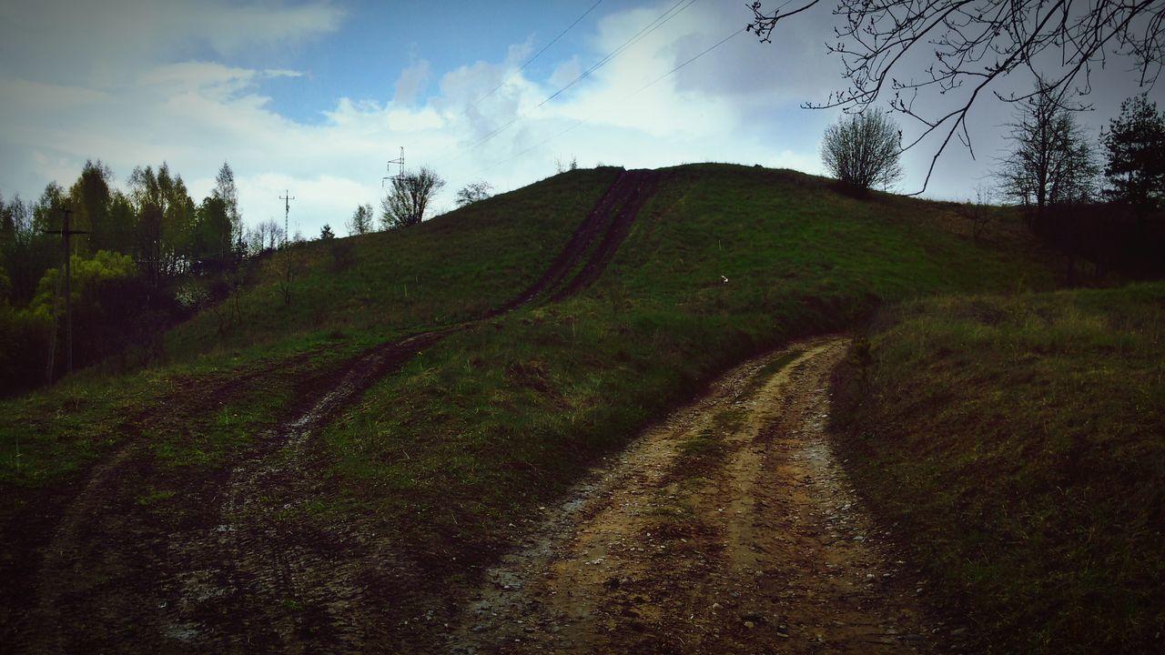 Góra co prawda mała ale jak wygląda 😉 Wiosna Green Color Pagórki Trawa Zielono Niebo Chmury Droga Offroad