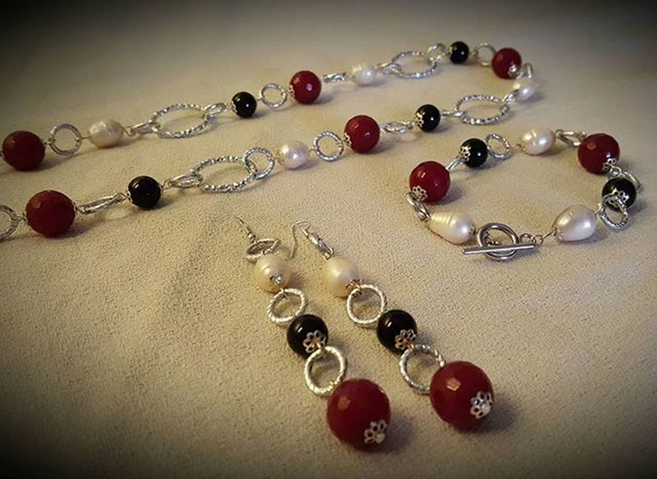 Set with ruby root, river pearls and black onyx - radice di rubino, onice nero e perle di fiume Setjewelry Setbigiotteria Blackonyx Onyx Riverpearls Pearls Hobby Rubyroot Onicenero Onice Perledifiume Radicedirubino Bigiotteriaartigianale Bigiotteria