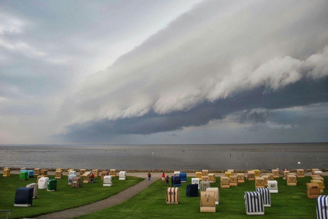 Shelfcloud Shelf Clouds And Sky Thunderstorm Büsum Dithmarschen Strand Deich  Gewitter Unwetter