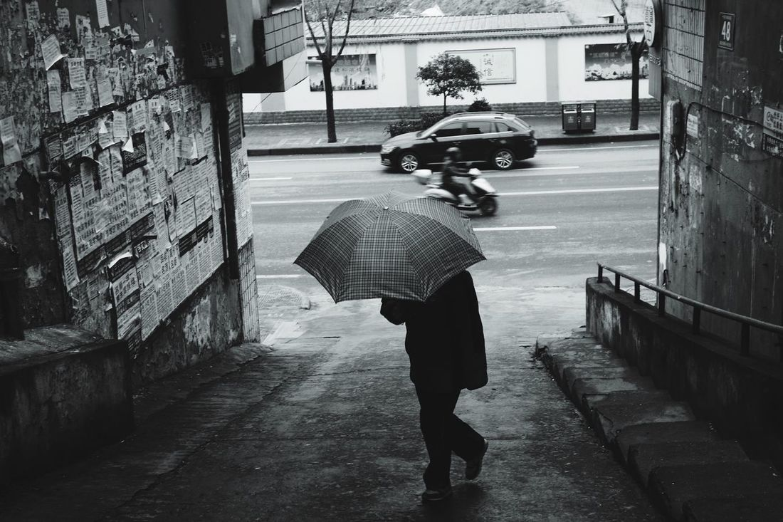 Rainy winter Street Real People City Lifestyles EyeEm Outdoors 50mm China Streetphotography Leicam Leicacamera Capture The Moment Black And White Photography Blackandwhite Black And White HuBei