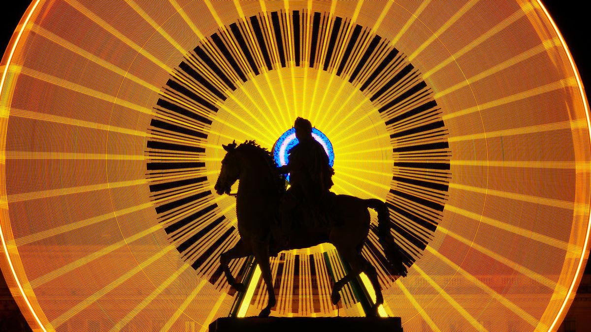 Place bellecour a Lyon statue equestre représentant Louis 14 dit le''ROI SOLEIL'' d'ou cette pose longue qui a mon gout le represente fort bien🤣 Certain diront que son sculteur Mr François frederic Lemot a zapper l'etrier....petite correction c'est uniquement parce qu'il a representer Louis 14 ''a la romaine'' donc a cru et autre legende il c'est pas foutue en l'air pour ça il a quinper naturelement.Hahahaha. Illuminated Silhouette Long Exposure Shot Longexposurephotography France Backgrounds Lyon LyonCity Long Exposure WeekOnEyeEm Lyon France Colour Yellow Canonphotography Longexposure Only Men Adults Only Louis14 King Sun Ferris Wheel Ferriswheelinthecity🎡🎢 Be. Ready. EyEmNewHere AI Now