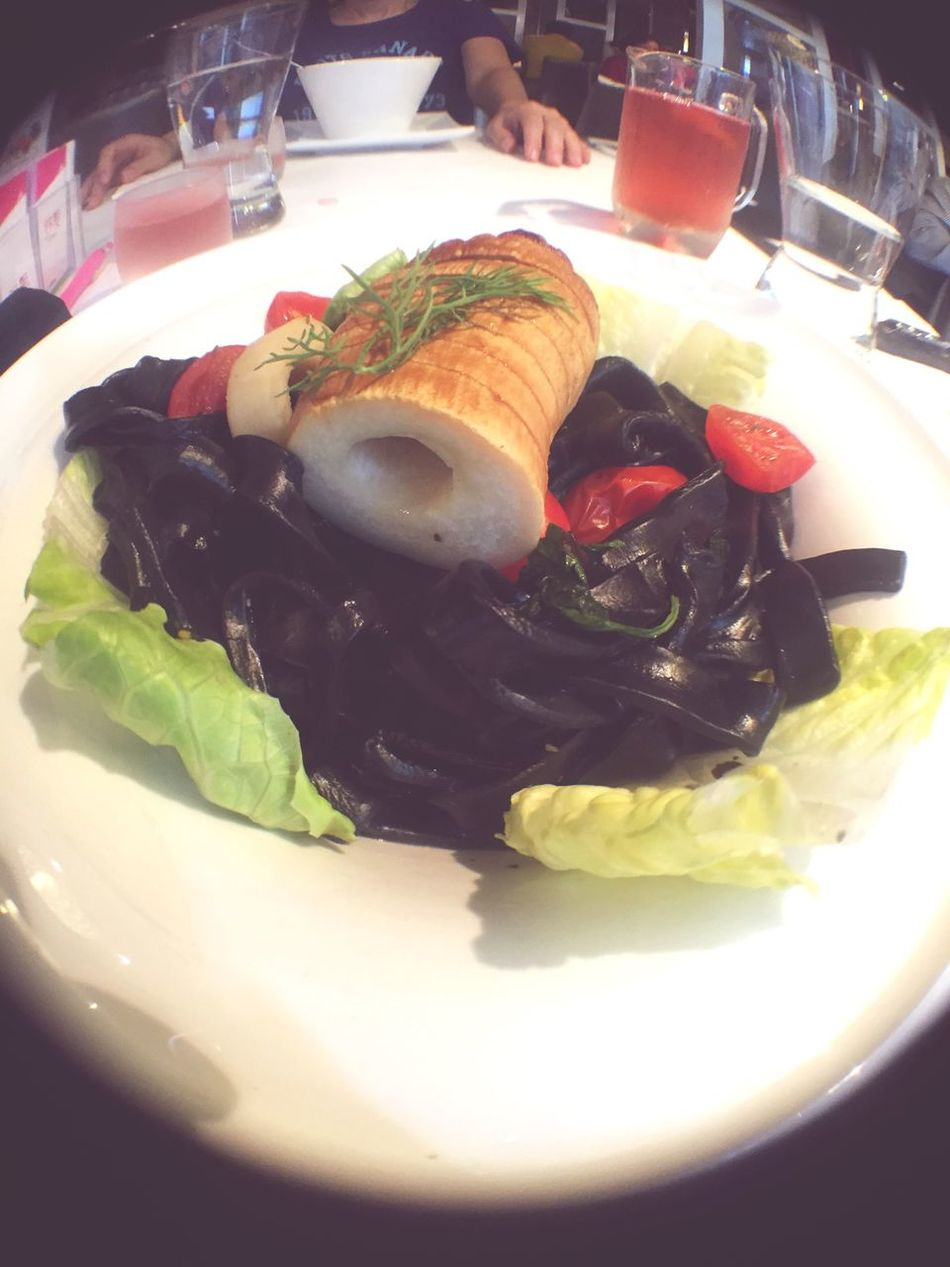 I like the black noodles 👍🍝