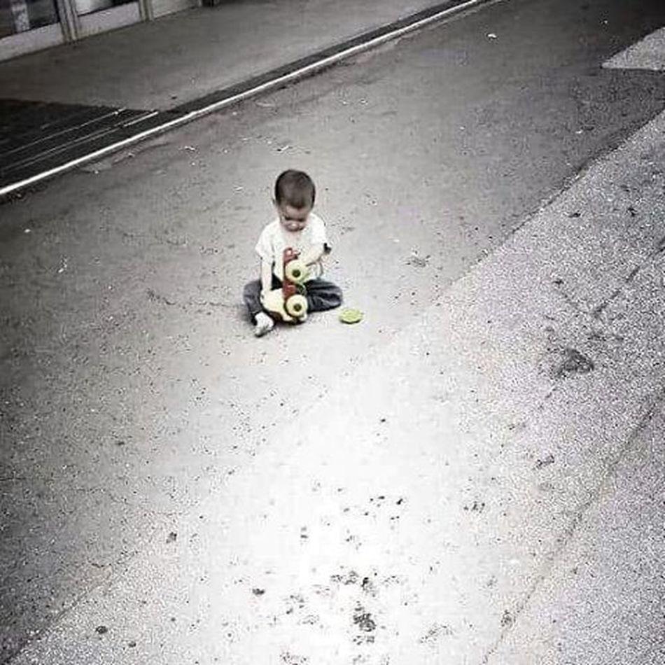 Onokad svaka susa moze da bude roditelj Inace,cale sa strane cirka rakiju... Child Play Toy Madworld Street Sad Alone Felling Badparentskills Angry