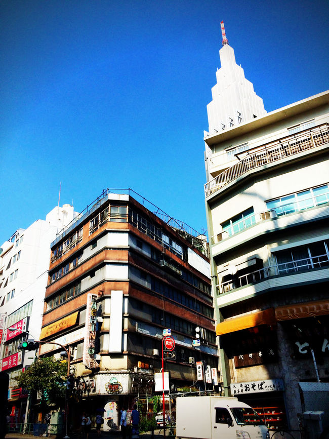 代々木 Yoyogi Tokyo Japan にある 代々木会館 。ドラマにも出たが、今は 廃墟 Ruins 。と思ったが、今週寿司屋と居酒屋が一階に新装開店していた。安すぎて怖くて入れないと思ったが、サラリーマンが屯していた。元住人的な年齢層。w
