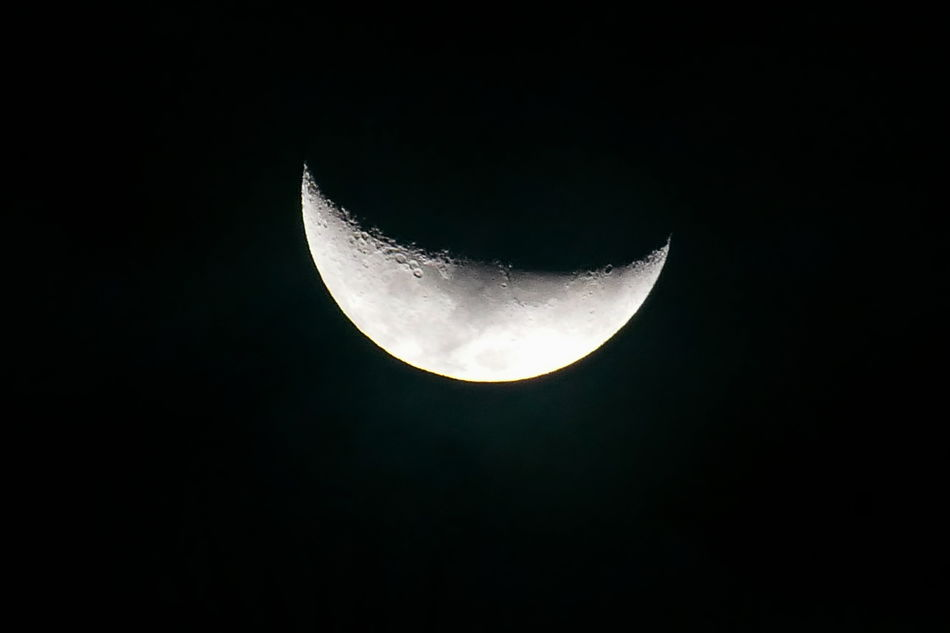 Increasing moon, viewed in Thailand - Mondsichel, wie sie n Thailand sichtbar ust - Astronomy Beauty In Nature Black Color Increasing Moon Mondsichel Moon Nature Night No People Planetary Moon Sky Space Space And Astronomy