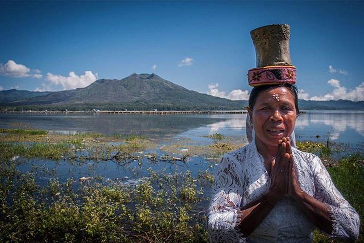 Preparation for Melasti Ritual.😓 Traveller Traveller Fotorewang Photographysouls Photo Rarecation Bali INDONESIA Humaninterestphotography Landscapes Friends Wpo Hipaae Natgeotravel Melasti Melastiritual