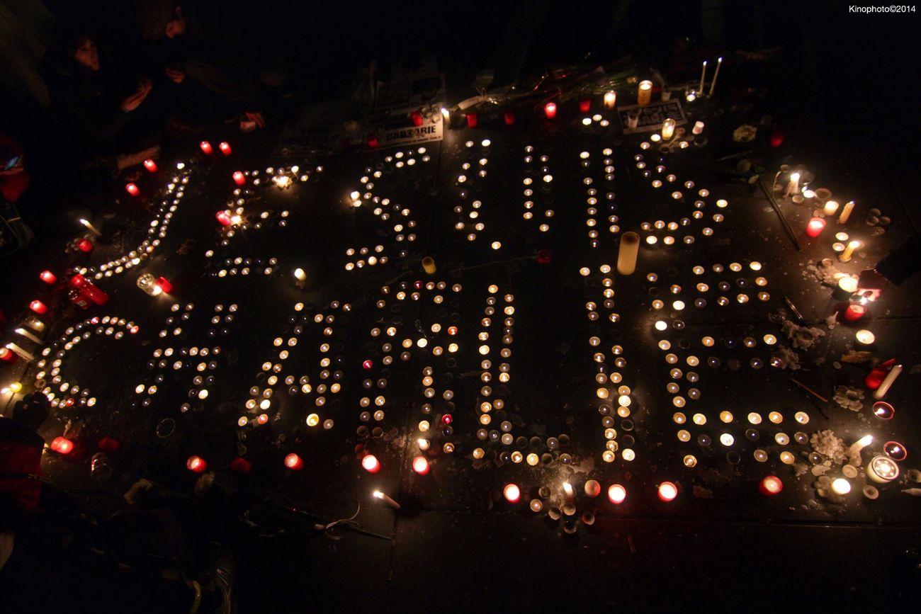"""""""Je suis Charlie"""" pour la liberté des crayons, place de la République à Paris, le 7 janvier 2015. Je Suis Charlie Paris Terrorism Mourir Debout Plutot Que Vivre à Genoux"""