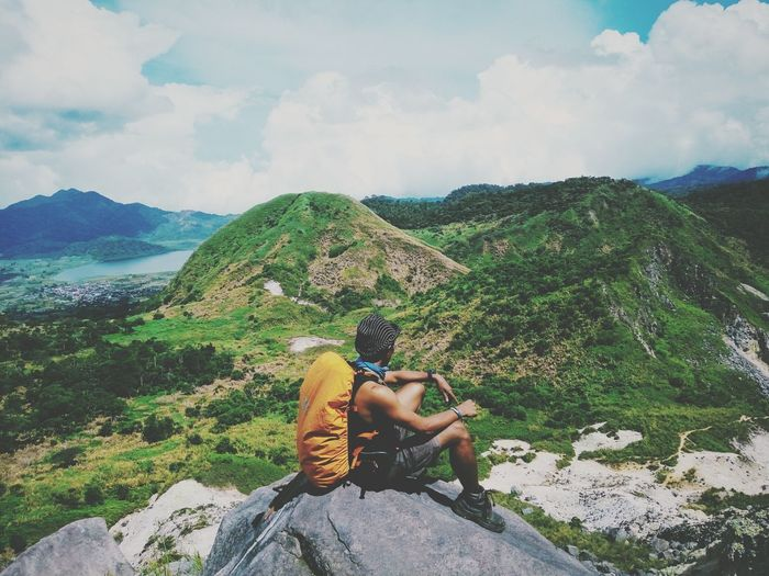 Naturelover 👌🌱 Adventure One Person Green Color Nature Outdoors Landscape Sky Cloud - Sky Mountain Young Adult Men People Manado Beauty In Nature First Eyeem Photo Indonesian Indonesia_photography INDONESIA Freedom Full Length