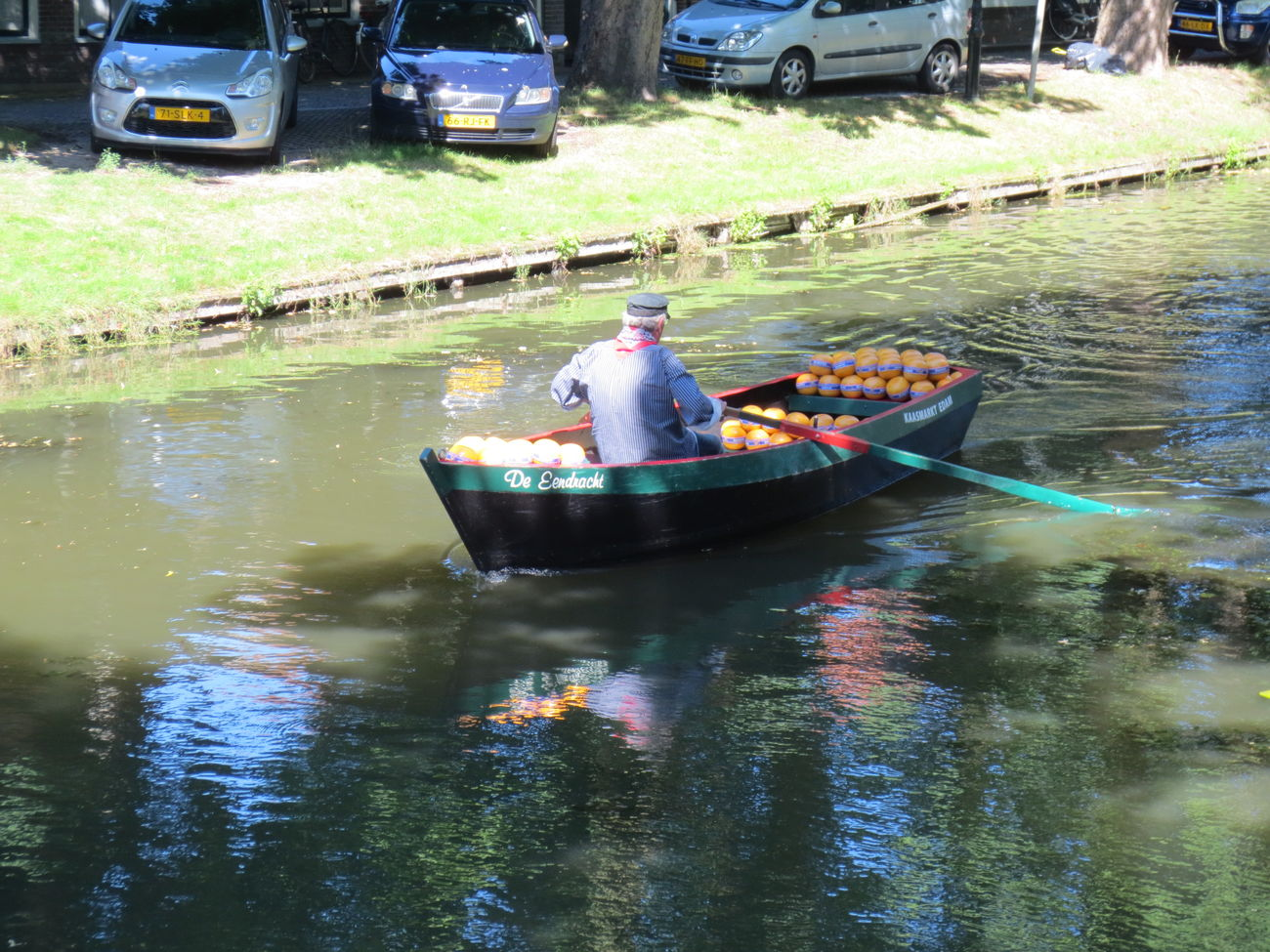 Como Transportaban el Queso Edan por el Rio hasta la Fábrica en el Pueblo de Edan en Holanda