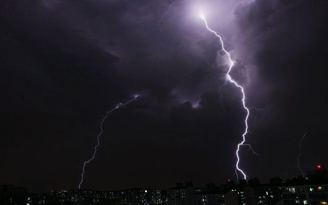 Thunder Thunderstorm Thunderstorms Stormsky Lightning Lightning Storm Lightning Strikes Night Night Lights Lightning Bolt Seoul Korea Shot Snap Snap Shot Amazing