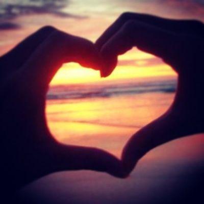 Se q me estoy enamorando xq eres mi primer pensamiento al despertar y el ultimo al dormir, eres aquella persona la cual me hace sentirme muy feliz; mi sonrisa de oreja a oreja q solo la produces tu.... Y lo mas genial es que siento el amor q sientes x mi!!!