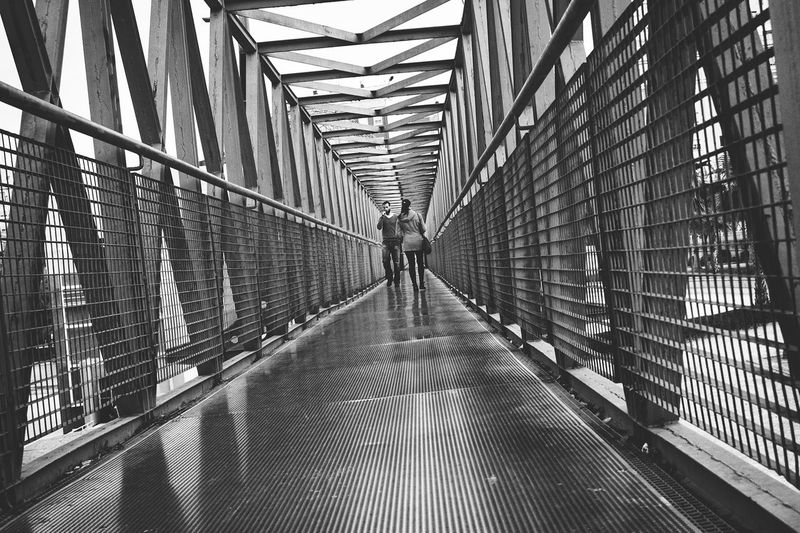 "Puente de hierro sobre el viejo cauce del Turia. (Valencia) ""un cruce de vidas"" Taking Photos Bnw_captures Streetphotography Bnw_demand Eyem Gallery Streetphoto_bw Bnw_collection Bnw_of_our_world Valenciagram Bnw_universe Architecture Fine Art Photography"