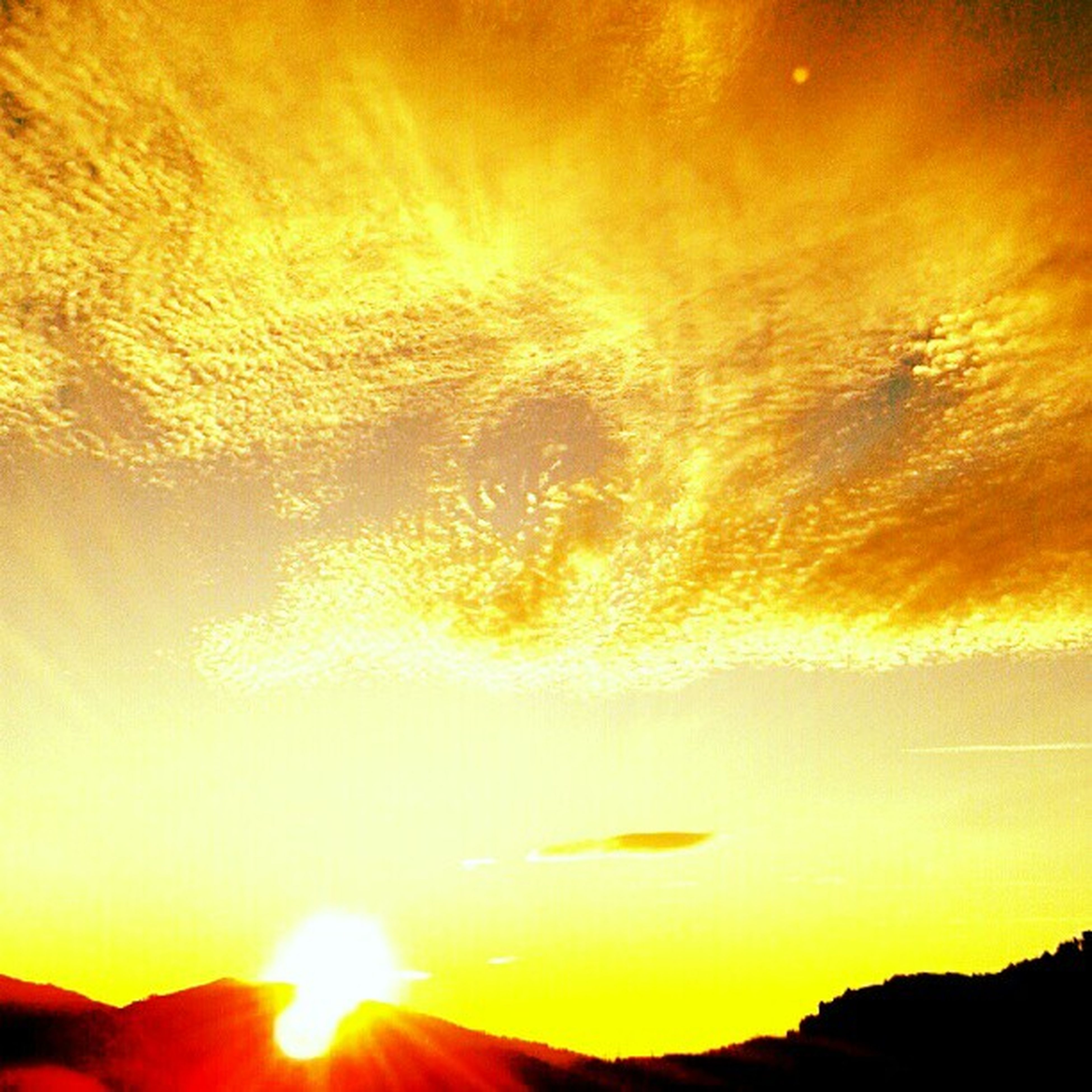 sunset, sun, orange color, scenics, beauty in nature, tranquil scene, tranquility, silhouette, sunlight, idyllic, nature, sky, sunbeam, lens flare, mountain, majestic, low angle view, outdoors, back lit, non-urban scene
