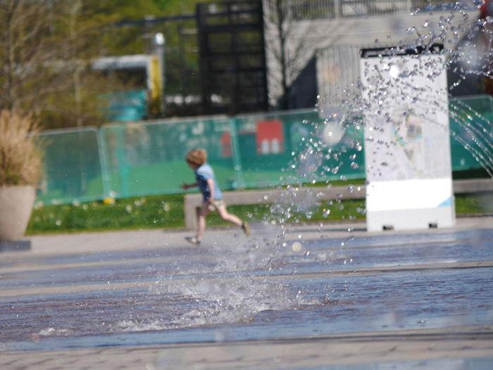 Boy Fontane Fountain Klein London Rennen Running Small Spritzen Summer ☀ Water Young