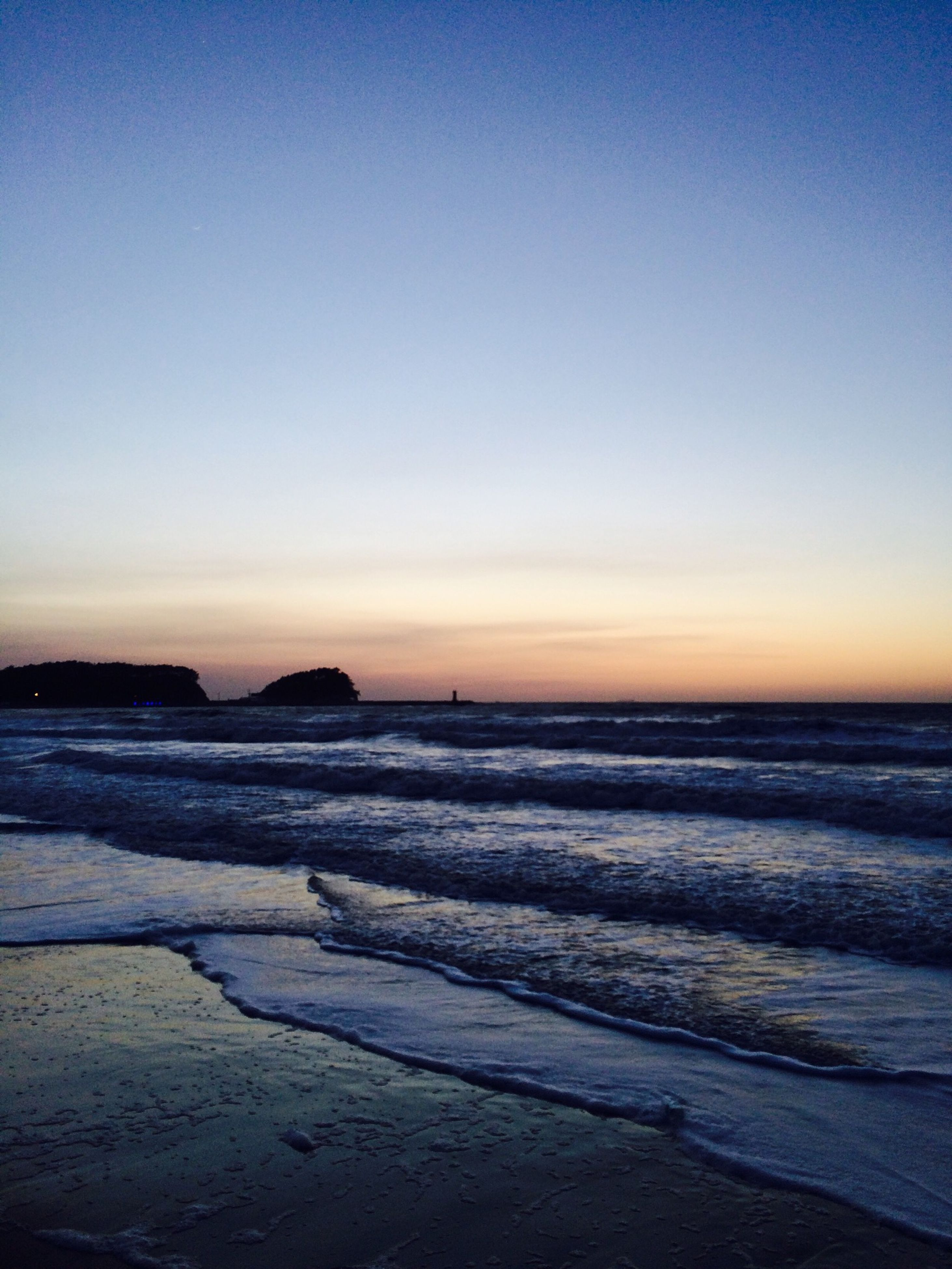sea, water, horizon over water, tranquil scene, sunset, beach, scenics, tranquility, beauty in nature, copy space, clear sky, shore, nature, idyllic, wave, orange color, sky, sand, dusk, remote