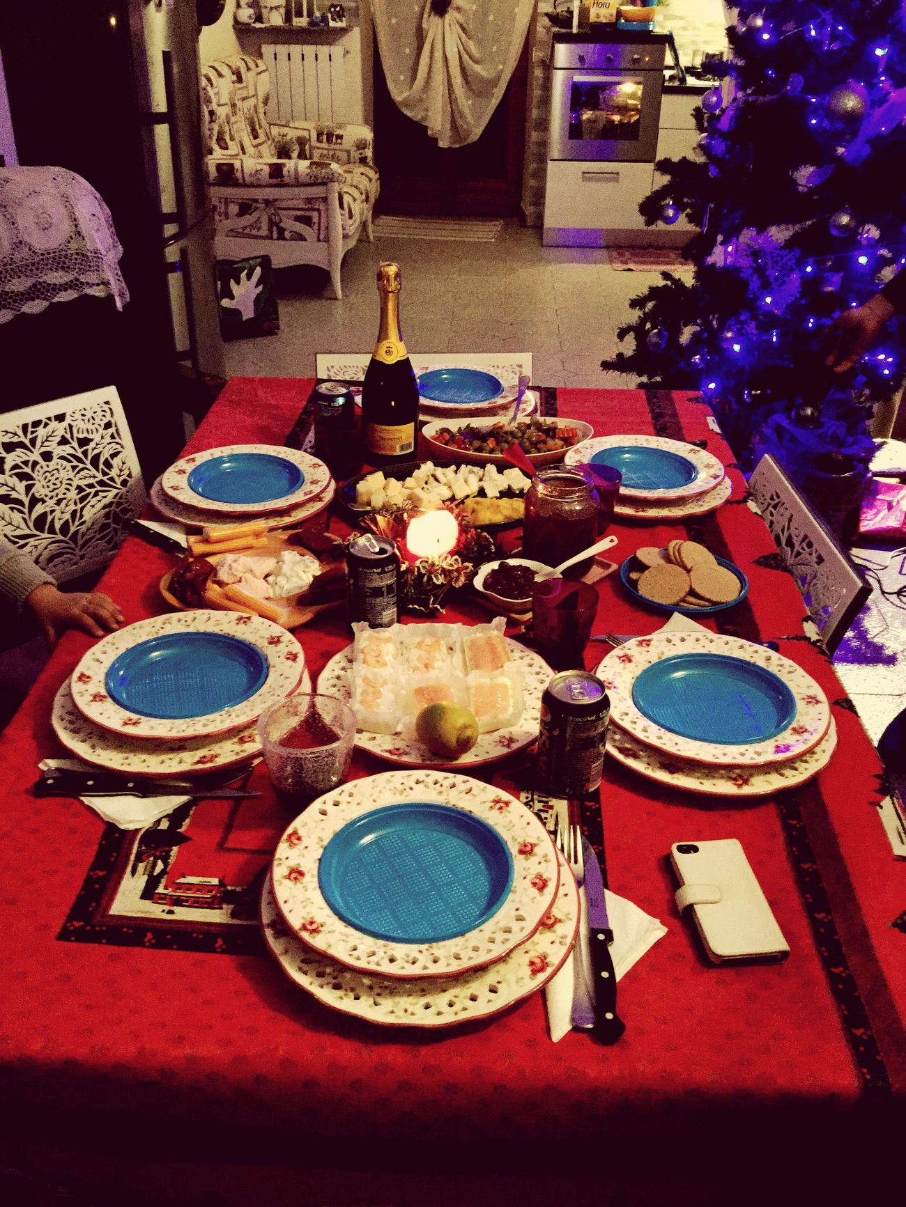 Setting Xmas table for din dins Taking Photos