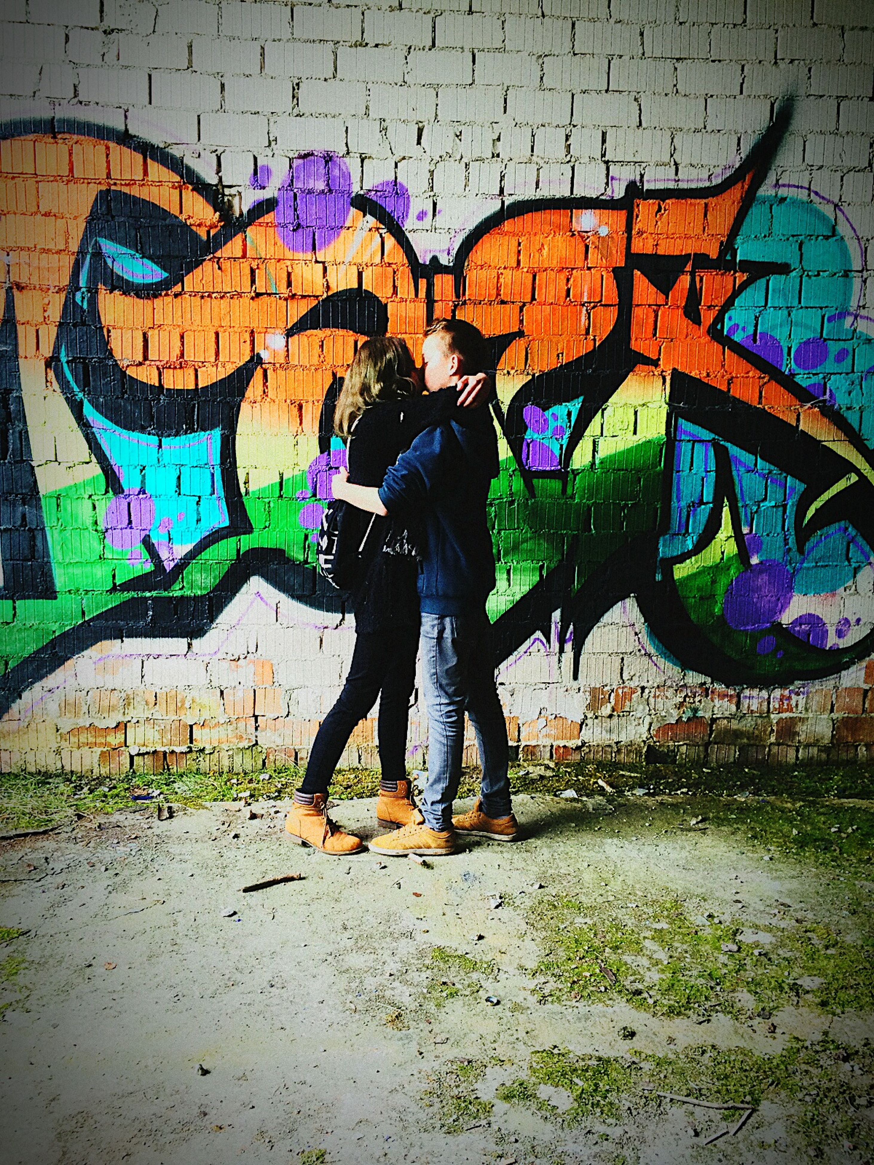 graffiti, art, creativity, art and craft, wall - building feature, built structure, architecture, multi colored, full length, human representation, lifestyles, standing, leisure activity, street art, building exterior, casual clothing, men