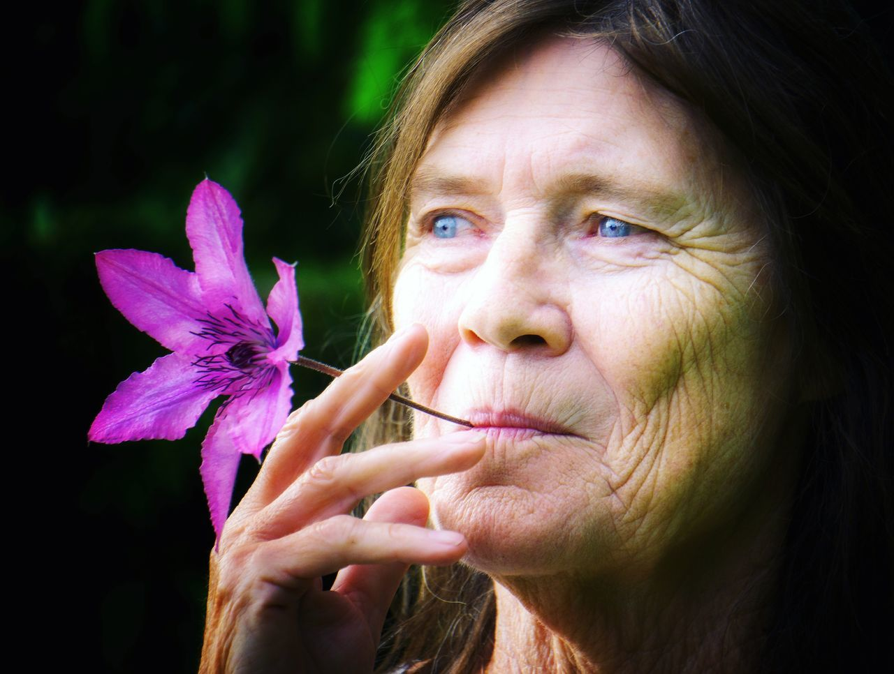 Flower power. 🌼 Flower Headshot One Person Only Women Portrait Adult Beautiful Woman One Woman Only Close-up Fragility Outdoors Nature Women Flower Power
