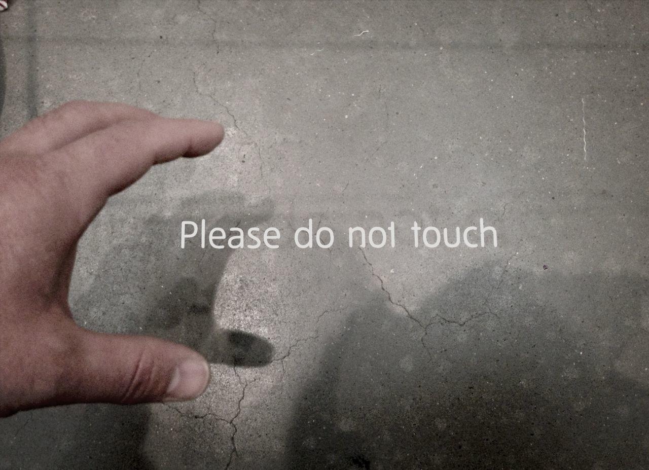 """""""Please do not touch."""" - """"Ok."""" Schattenspiel"""