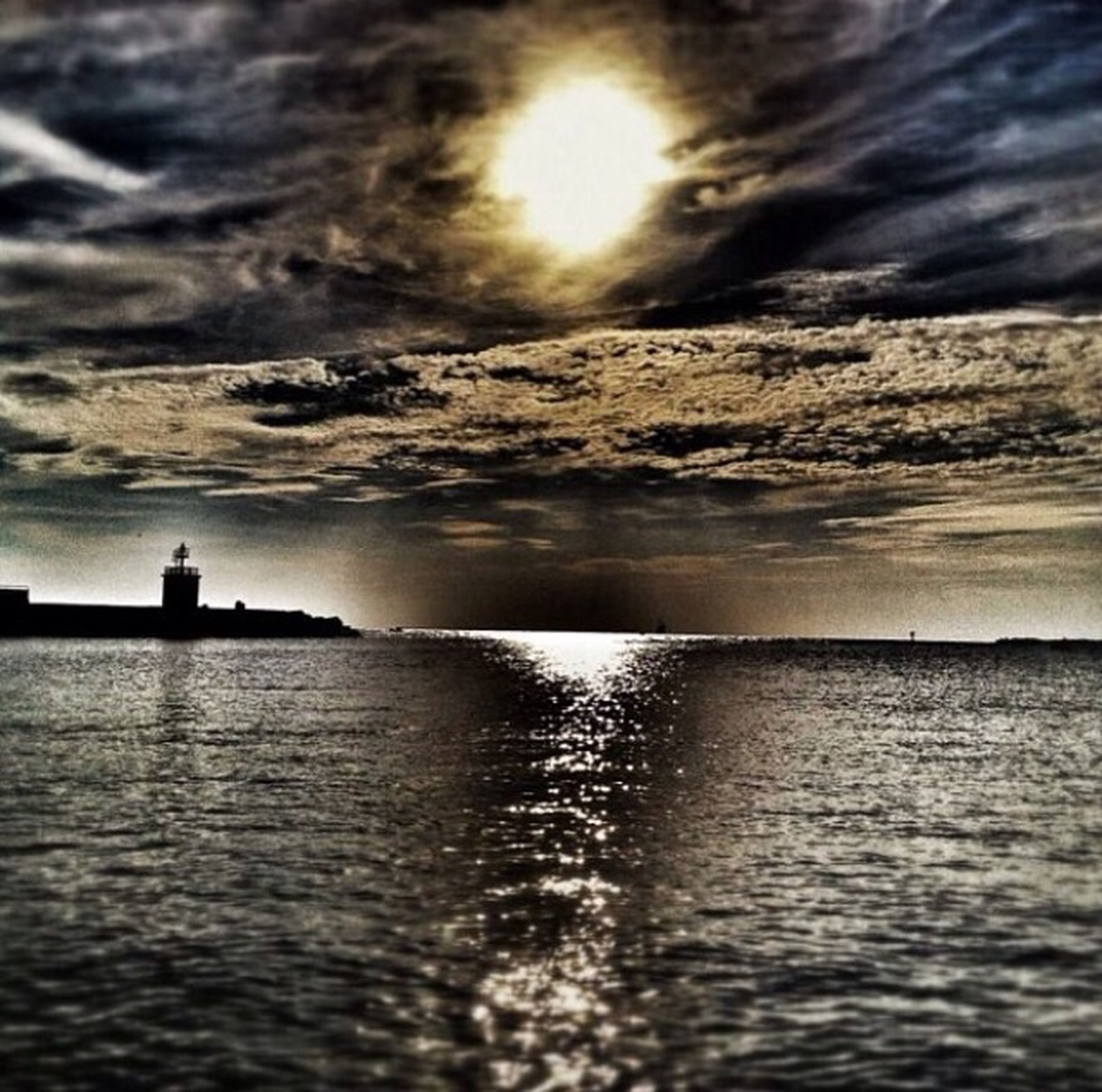 sea, water, sky, horizon over water, waterfront, scenics, silhouette, tranquil scene, tranquility, cloud - sky, beauty in nature, sunset, rippled, nature, cloudy, sun, cloud, idyllic, sunlight, outdoors