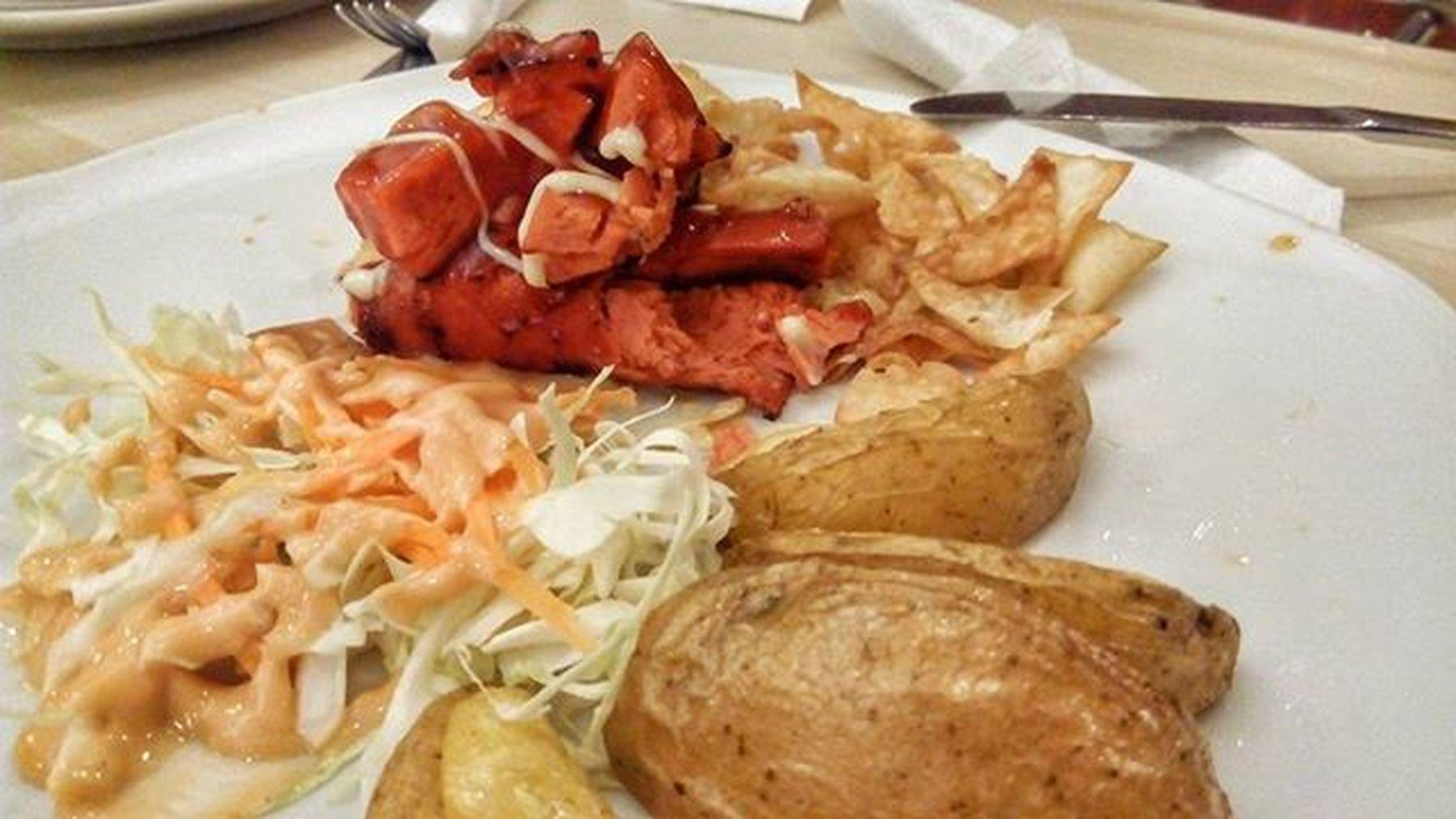 tempat nongki yang asik dengan menu yang yoik kamu gamau ajak sapa gitu ? Jakulsemarang Martabakhouse Foodporn Food Sosis Salad Mayo