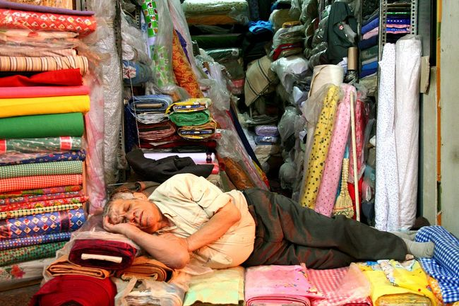 Night Night, Sleep Tight Man Sleeping Old Commercial Artisanat Tired Tiered Vendor Vendeur Fatigue  Dormir Disconnected Deconnecte 👍🏽 Chut Full Frame Colours Colors Couleurs Chaudes Couleurs Bazaar Bazar Shiraz, Iran Shirazlover Shirazi Feel The Journey