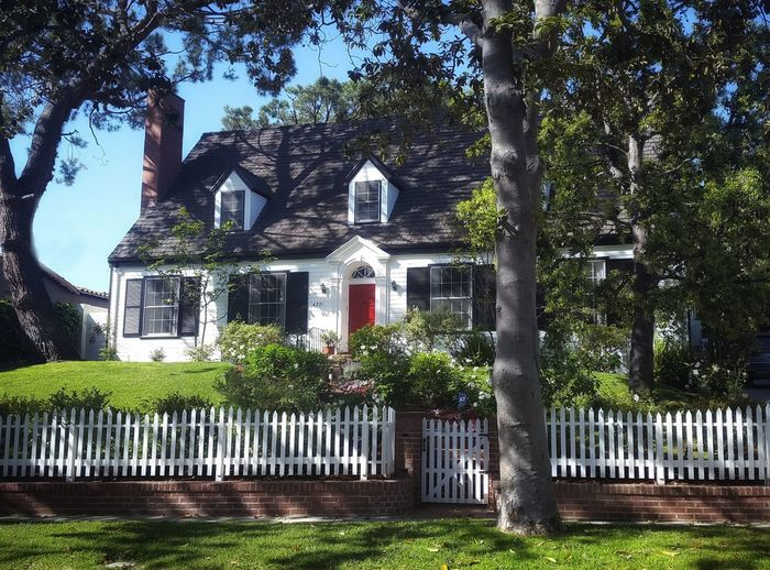 Pure Americana Architecture Los Angeles, California Built Structure California Building Exterior Outdoors Day Tree Gate No People Afternoon Sunlight Cape Cod Cape Cod House Red Doors Colonial Architecture Colonial Style Traditional House Traditional Home Picket Fence Picket Fences