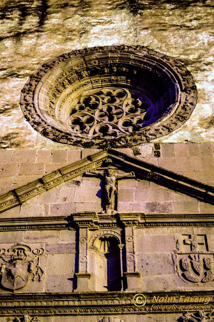 """El término rosetón se emplea en el ámbito de la arquitectura para denominar a las ventanas con forma circular que exhiben ornamentaciones y calados. El concepto también se utiliza para nombrar a los adornos circulares que se cuelgan de un techo. Los rosetones fueron un elemento muy importante para la arquitectura gótica, siendo usado en las fachadas de una gran cantidad de iglesias. La arquitectura románica también hizo uso de estos elementos aunque, por lo general, dejándolos en los sectores laterales de los edificios. El objetivo principal del rosetón es favorecer la iluminación de las iglesias, ya que permiten el ingreso de la luz natural a la construcción. Los arquitectos también escogían la creación de rosetones para crear efectos lumínicos sobre los altares. El rosetón, por otra parte, podía tener diversos valores simbólicos. De esta manera su inclusión en un templo podía representar a Jesucristo (por su relación con los rayos solares que proyecta) o a la Virgen María (por contar con una estructura similar a la de las rosas). Cita: definicion.de Yecapixtla forma parte del programa """"Ruta de los Conventos"""" pues en la cabecera municipal se ubica el Ex Convento Agustino de San Juan Bautista, que fue construido entre 1535 y 1540; invitando a cualquier turista a conocerlo por su belleza, reconocida desde tiempos coloniales. La hermosura de este Ex convento radica en los detalles que fueron cuidados por parte de la orden religiosa y entre los que destacan las rejas de las ventanas que son piedra, así como las barandillas del coro y el púlpito, que al momento de apreciarlos puedes entender la importancia de admirar este lugar. Uno de los aspectos que más atrae a los visitantes; es el rosetón de estilo gótico ubicado sobre la entrada principal al ex convento y que permite la entrada de los rayos del sol provenientes del poniente a través de sus finas lacerías. Cita: Revista Nómada Morelos Hello World Architecture Yecapixtla Rutadelosconventos Mexico Gothic Amazing Arch"""