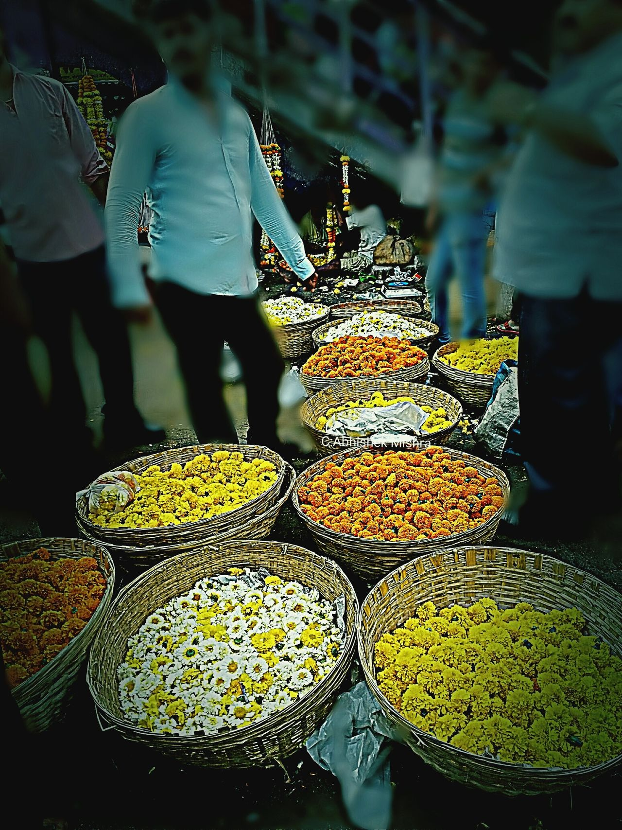 MumbaiDiaries Mumbaimerijaan Streetphotography Flowers_collection Learning Photography Alone In The City  Busy Street Mumbaistreets Business Street Photography BusyRoads Roadsidephotography Indianroads Marketplace Market Stall Marketstreet Market Colors Here Belongs To Me