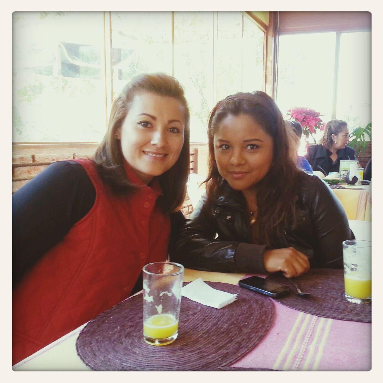 Dos muy buenas amigas desayunando en el mejor lugar, Paraíso!!!