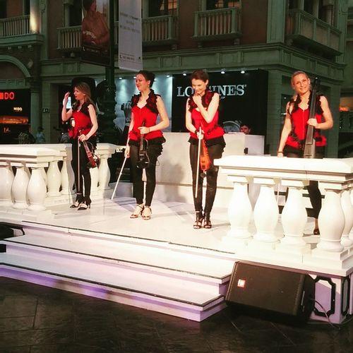 Venetian Broadway Streetplay Beautifulgirls violin amazingmusic hottiealert macau whatabeauty lovetheshow blondehair luckytobehere