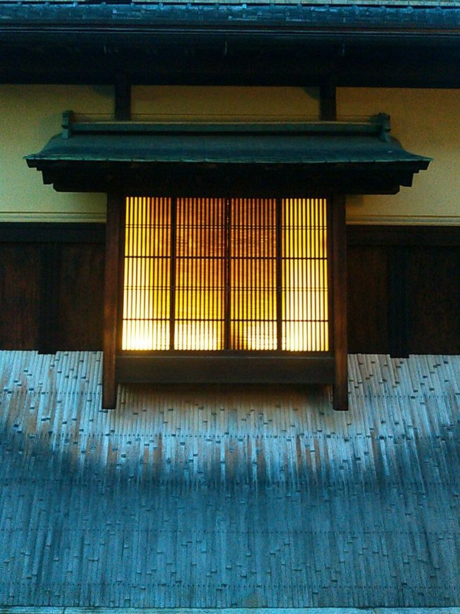 八坂の塔近くの町家の窓。 京都 Kyoto 祇園 Gion 町家 Japanese House 窓 Window 夕暮れ 夕暮れ時 Twilight 家の灯り Evening House Light 日本 Japan Japanese Style 和 Japanese Traditional