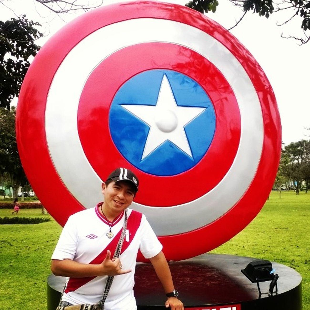 Con el escudo del Capitán América...