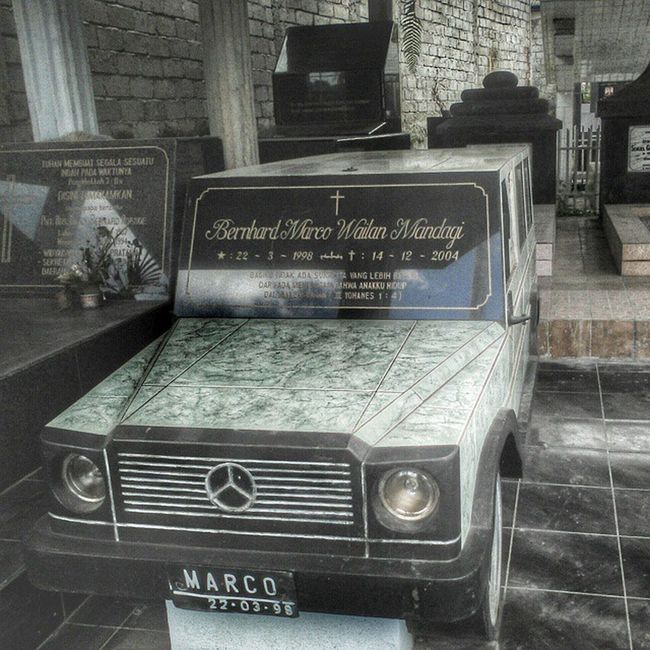car-shaped grave Tomohon Smartphone Sulut Sid Jeep Mercedes INDONESIA 511 Deltaboots