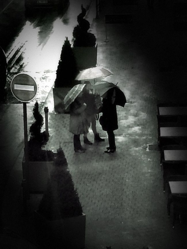 omplot sous la pluie ... Streetphotography_bw Streetphoto_bw France Streets Bnw Bnw_friday_eyeemchallenge Great Rays