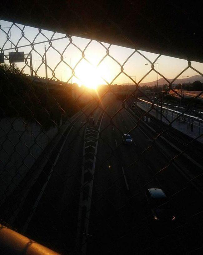 Και αν η ευτυχία σου εξαρτιόταν απο την κάθε απόφαση που έπαιρνες? Ακόμα και την πιο μικρή όπως τι καφέ θα πιεις..θα έπαιρνες την ζωή σου λίγο πιο σοβαρά? Ή όπου σε βγάλει? ✧ Sunset Sunlight Road Cars Lights Bridge