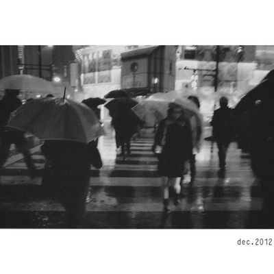 "From Tokyo ""X"" | Shinjuku | Scannedfilm Fujifilm Neopan400 x superprodol Leica M7 28mm ElmaritM | bw blackandwhite bnw monochrome street streetphotography night pedestrian candid |Tokyo Japan"