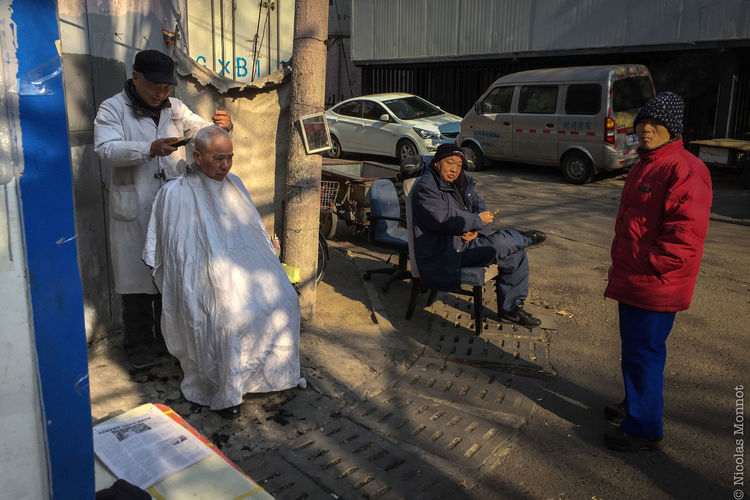 STREET HAIRDRESSER (China, Beijing, Chaoyang District, Jan. 2017, photo by Ana Maria De la Puente) ASIA Beijing Beijing, China Chaoyang China China Photos Chinese Chinese New Year Hairdresser Hairdressing Manual Worker Only Men Pekin Photography Real People Street Photography Streetphotography