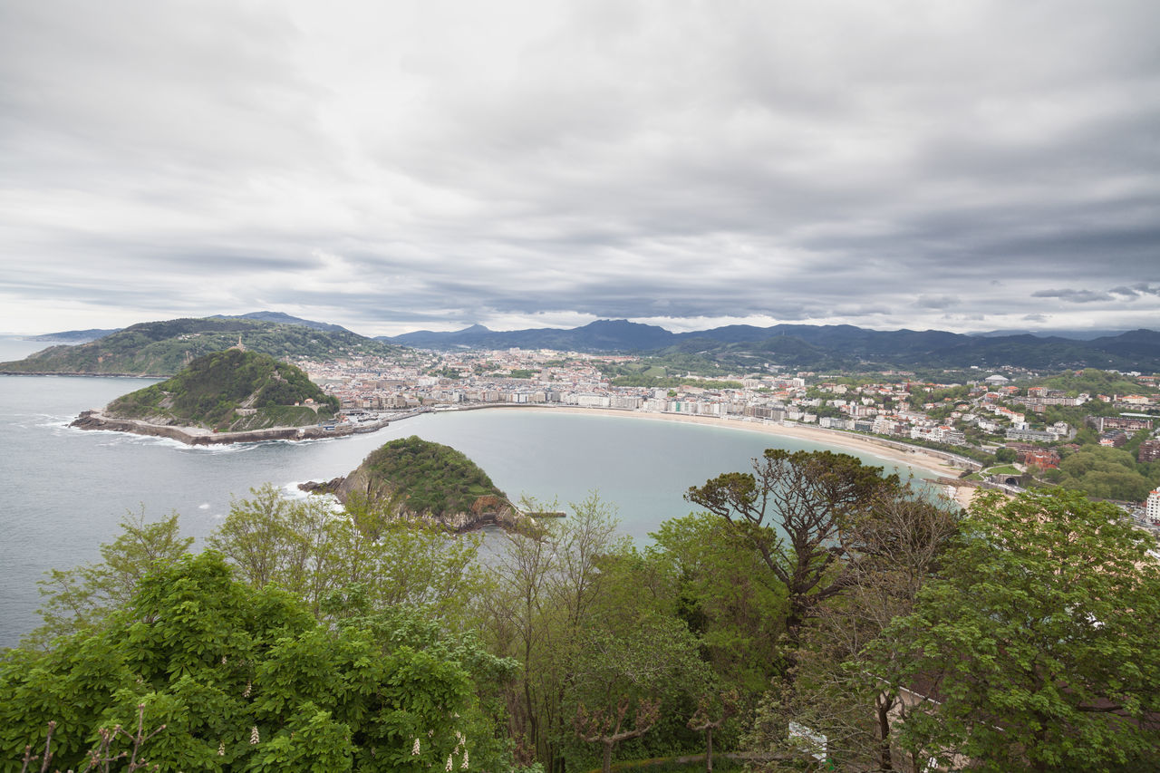 San Sebastián, Guipúzcoa. Beach Beautiful Bizkaia City Cloud The Architect - 2016 EyeEm Awards Cloudy Coast Coastline Coastline Color Green Mountain Outdoors San Sebastian San Sebastian Beach Sea The Great Outdoors - 2016 EyeEm Awards Sky Taking Photos Town Tranquil Scene Tree Water White
