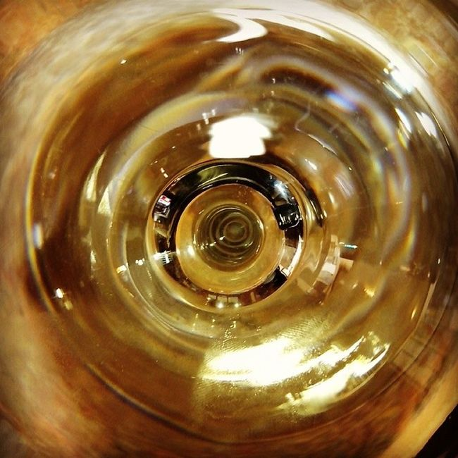 De copas en RincónDeSoto Larioja . Vinoblanco Wine