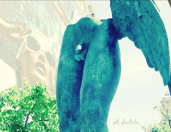 Menudo desmadre en el que me he metido… he salido con las alas rotas y vos ahí mirando y fisgoneando, y yo, yo, sin querer moverme. En la espesura de concreto, ahí entre el gris y el verde, estático y quieto me he quedado. Calladito pelotudo que la has armado en grande. Menudo desmadre en el que me he metido… menos mal que las alas es lo que me han cortado. Magaly 02/15 Alas Wings Sculpture Penis Pene Voyeur Voyeurism
